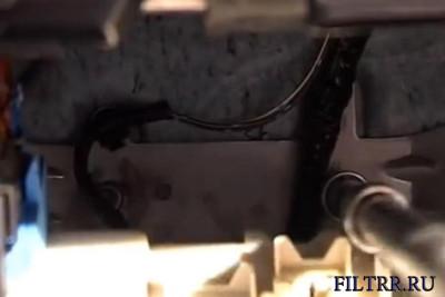 накидным ключом на 12 откручиваем  2 гайки