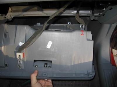 Отсоединяем провода от перчаточного ящика