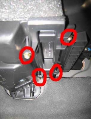 Выкручиваем 4 самореза на крышке камеры